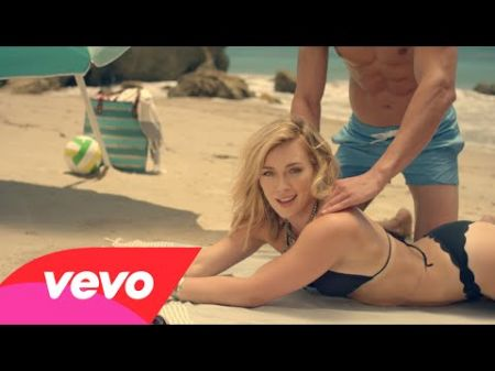 Hilary Duff battles the office blues in music video for 'Chasing the Sun'