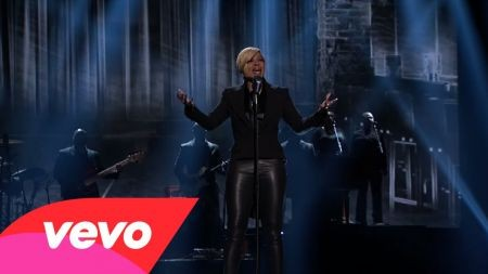 Mary J Blige describes 'Therapy' two times a day live at the AMAs