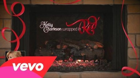 Kelly Clarkson premiers new music video for 'Wrapped in Red'