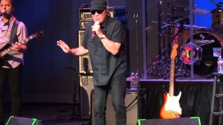 Mitch Ryder sings a simple song about a devil with a blue dress on