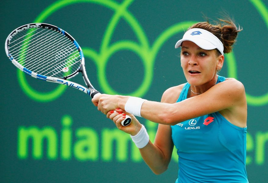 Navarro upsets Radwanska in fourth round