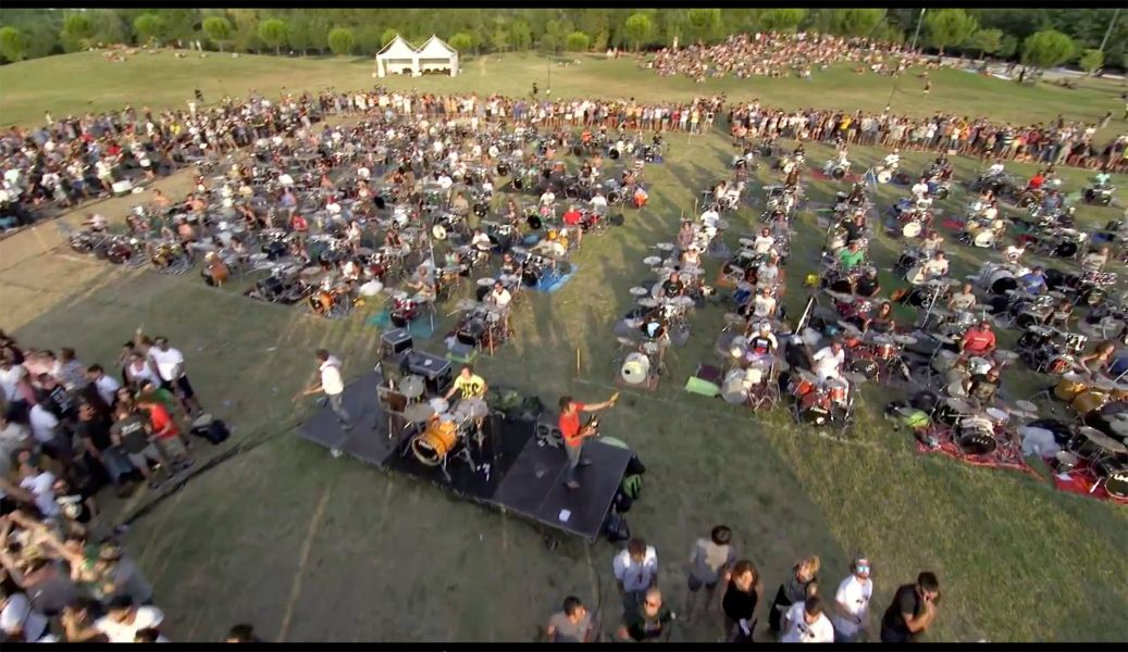 1,000 fans came together to play Foo Fighters' 'Learn To Fly' and it's awesome