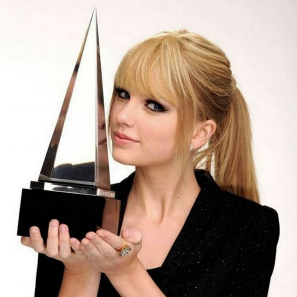 Taylor Swift is up for six AMAs this year