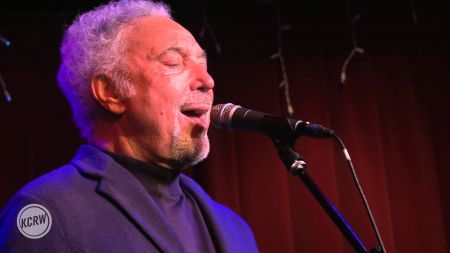 Tom Jones sends thanks to fans for support following the death of his wife